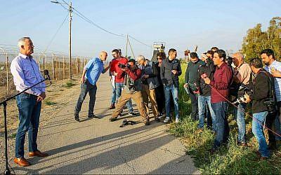 Le dirigeant de Kakhol lavan Benny Gantz tient une conférence de presse au kibboutz Nahal Oz, près de la frontière de Gaza, le 15 mars 2019. (Flash90)