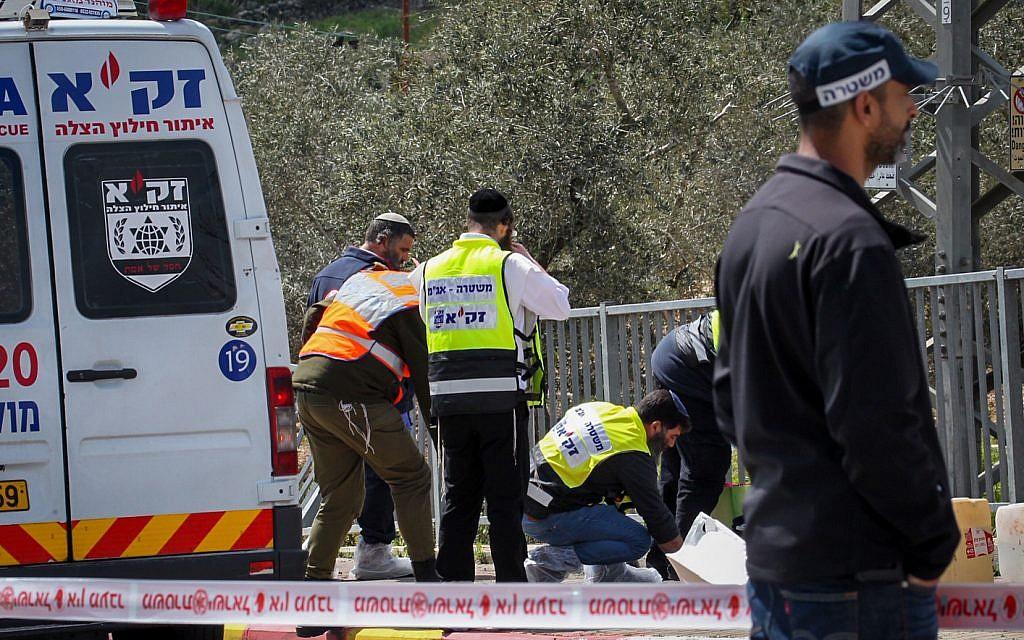 Les forces de sécurité israéliennes sur les lieux d'une attaque terroriste meurtrière près du carrefour de Gitia en Cisjordanie, le 17 mars 2019. (Flash90)