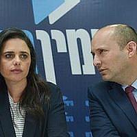 Les co-dirigeants de HaYamin HaHadash Ayelet Shaked et Naftali Bennett lors d'une conférence de presse à Tel Aviv, le 17 mars 2019 (Crédit : Flash90)