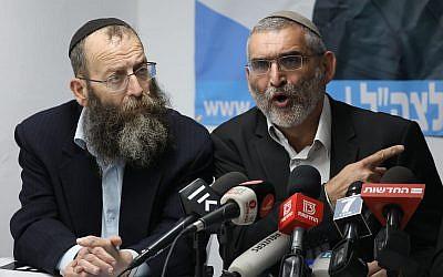 Les membres du parti Otzma Yehudit Michael Ben Ari, à droite, et Baruch Mazel à gauche, pendant une conférence de presse en réponse à la décision de la haute cour de rejeter la candidature de Ben Ari lors des prochaines élections à la Knesset à Jérusalem, le 17 mars 2019 (Crédit : Yonatan Sindel/Flash90)
