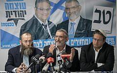 Les membres du parti Otzma Yehudit Michael Ben Ari, au centre, Itamar Ben Gvir, à droite, et  Baruch Marzel, à gauche,  pendant une conférence de presse en réponse à la décision de la haute cour de rejeter la candidature de Ben Ari lors des prochaines élections à la Knesset à Jérusalem, le 17 mars 2019 (Crédit : Yonatan Sindel/Flash90)