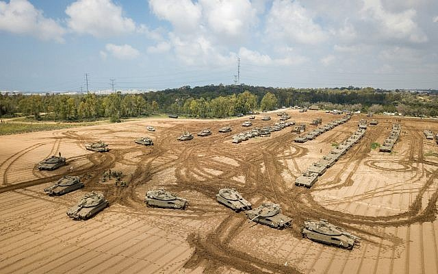 Des tanks de l'armée israélienne près de la frontière entre Israël et Gaza, le 27 mars 2019. (Crédit : Dudi Modan/Flash90)