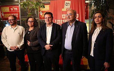 Des responsables d'Hadash et Taal lors d'un événement de campagne en hébreu à Tel Aviv le 13 mars 2019. (Crédit : Hadash-Ta'al)