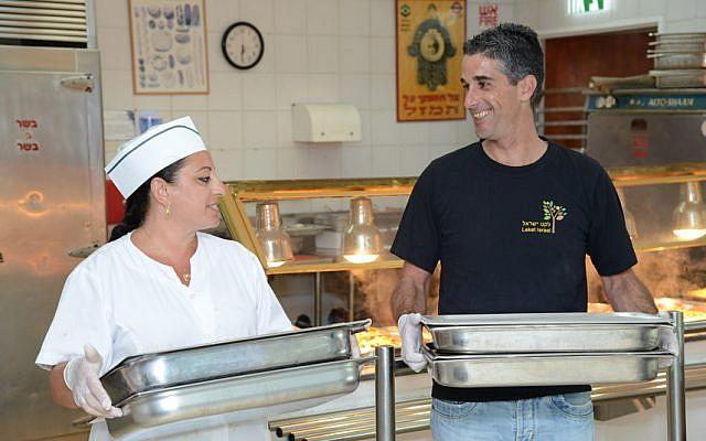 Leket Israel a collecté 2,2 millions de plats cuisinés au sein des institutions en 2018 pour les donner aux soupes populaires et aux organisations caritatives dans tout Israël (Autorisation : Leket Israel)
