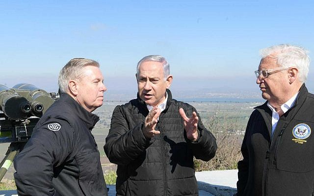 Le sénateur américain Lindsey Graham, à gauche, le Premier ministre Benjamin Netanyahu et l'ambassadeur américain en Israël David Friedman, à droite, lors d'une visite dans le plateau du Golan, le 11 mars 2019 (Crédit : Amos Ben Gershom/GPO)