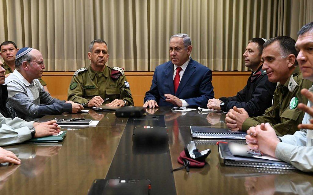 Le Premier ministre Benjamin Netanyahu (en haut à droite) rencontre des responsables de la sécurité à la Kirya, le quartier général de l'armée israélienne à Tel Aviv, le 14 mars 2019. (Ariel Hermoni / Ministère de la Défense)
