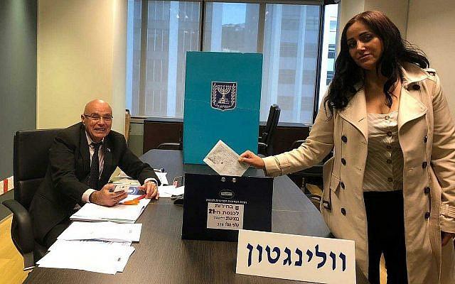 Anat Amichai, l'épouse du chef de la sécurité de l'ambassade israélienne de Wellington, Nouvelle-Zélande, dépose le premier bulletin de vote des élections pour la 21e Knesset, dans le cadre du vote anticipé permis aux diplomates et à leur famille, le 28 mars 2019. (Crédit : ministère israélien des Affaires étrangères)