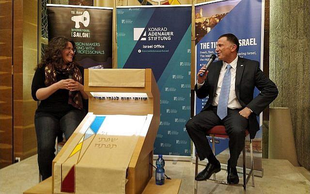 """Amanda Borschel-Dan, rédactrice en chef adjointe en charge de la rubrique """"Monde juif"""" du """"Times of Israel"""", (à gauche), interviewe le président de la Knesset, Yuli Edelstein, lors d'un événement en anglais organisé conjointement par le """"Times of Israel"""" et le Tel Aviv International Salon, le 17 mars 2019. (Yaakov Schwartz/Times of Israel)"""