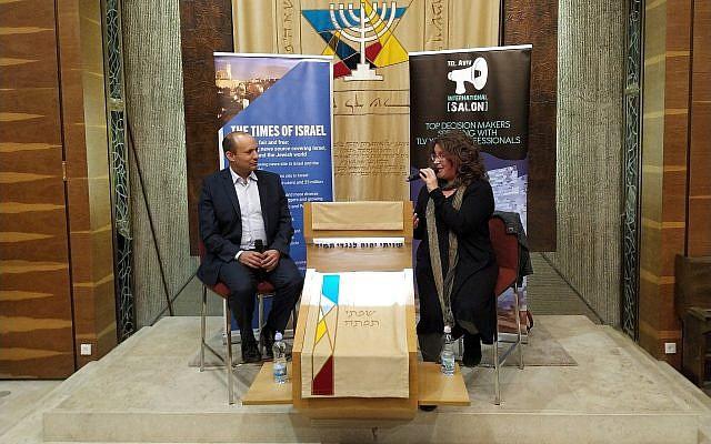 Le ministre de l'Education et de la Diaspora Naftali Bennett s'entretient avec la journaliste de la rubrique Monde juif du Times of Israel, Amanda Borschel-Dan, lors d'un événement en anglais, le 27 mars 2019. (Crédit : Yaakov Schwartz/ Times of Israel)
