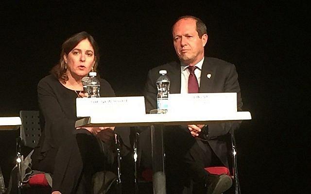 Les conférenciers Caroline Glick (HaYamin HaHadash) et Nir Barkat (Likud) lors d'un débat sur les élections du Times of Israel à Jérusalem, le 18 mars 2019. (Equipe du Times of Israel)