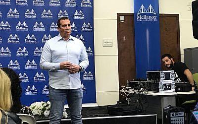 Eyal Waldman, fondateur et PDG de Mellanox, lors d'une conférence de presse à Tel Aviv, le 11 mars 2019. (Shoshanna Solomon/Times of Israel)