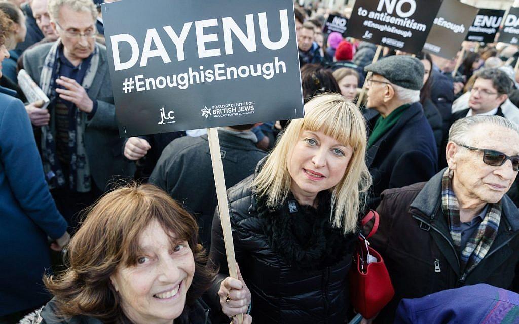"""A titre d'illustration : Marie van der Zyl se joint aux manifestants lors de la manifestation """"Trop, c'est trop"""" devant le Parlement britannique en mars. (Autorisation)"""