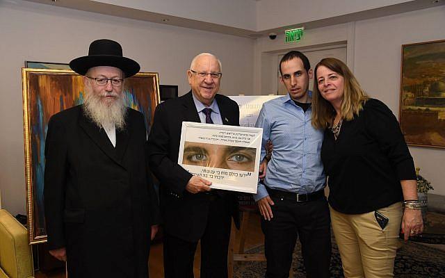 Le président Rivlin a participé à la Journée mondiale de sensibilisation à l'autisme, ce dimanche 24 mars, ici en compagnie du ministre de la Santé Yaakov Litzman. (Crédit photo : Haim Zach / GPO)