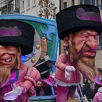 Le char du carnaval d'Alost en Belgique représentant des caricatures de Juifs orthodoxes assis sur des sacs d'argent, le 3 mars 2019. (Crédit: FJO, via JTA)