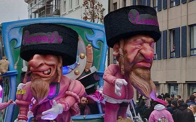 Le char du carnaval d'Alost représentant des caricatures de Juifs orthodoxes assis sur des sacs d'argent, le 3 mars 2019. (Crédit: FJO, via JTA)