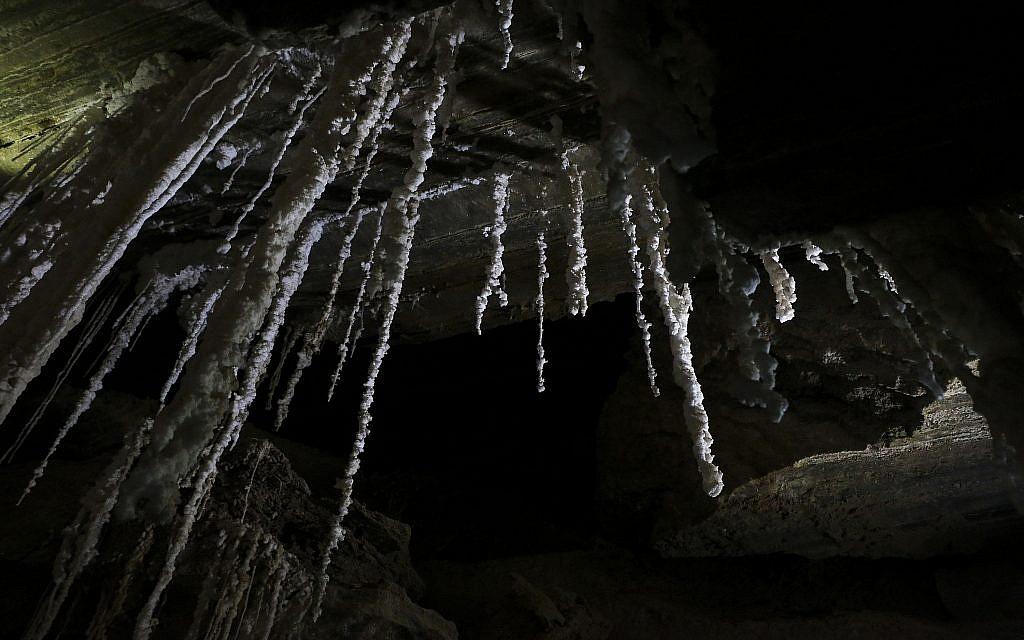 Un stalactite de sel dans la grotte de Mlham, le 27 mars 2019. (Crédit :Johanna Chisholm/Times of Israel)