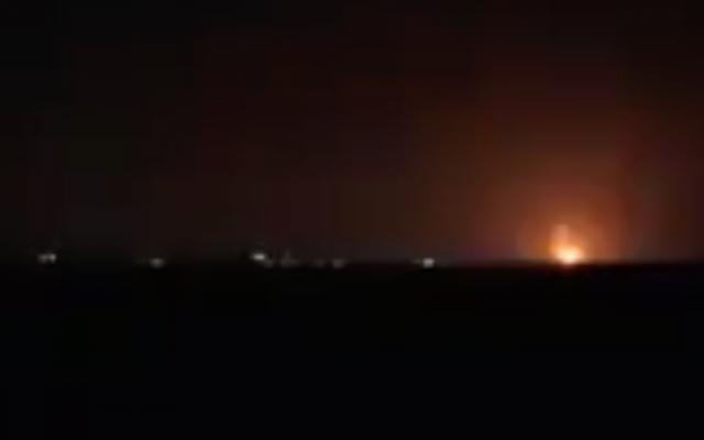 Photo d'illustration : Des explosions dans le nord de la bande de Gaza suite à des frappes israéliennes dans la nuit du 22 janvier 2019 (Capture d'écran : Treizième chaîne :
