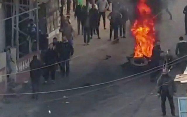 Capture d'écran d'une vidéo diffusée par la chaîne publique Kan d'une manifestation dans la bande de Gaza contre le coût de la vie, le 15 mars 2019. (Capture d'écran : Twitter)
