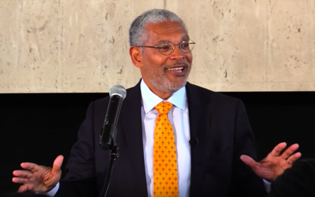 Le président du Pitzer College s'exprime devant les étudiants le 11 mars 2016 (Crédit :  Pitzer College)