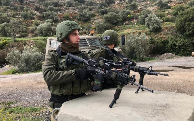 Des soldats de l'armée israélienne sur la scène d'une fusillade à proximité du carrefour d'Ariel, dans le nord de la Cisjordanie, le 17 mars 2019 (Crédit : Armée israélienne)