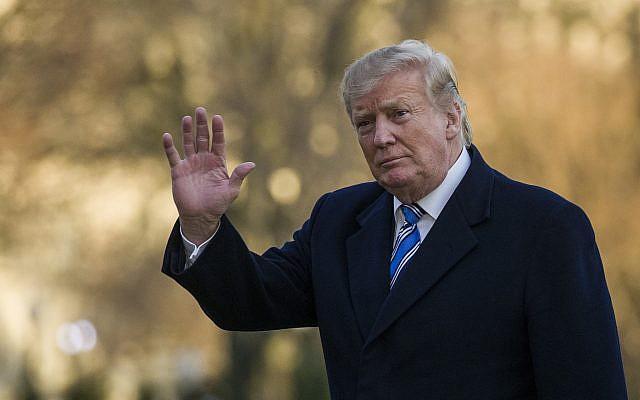 Le président américain Donald Trump salue de la main alors qu'il marche sur la Pelouse sud de la Maison Blanche en descendant de l'hélicoptère Marine One, le 10 mars 2019 à Washington. (AP Photo/Alex Brandon)