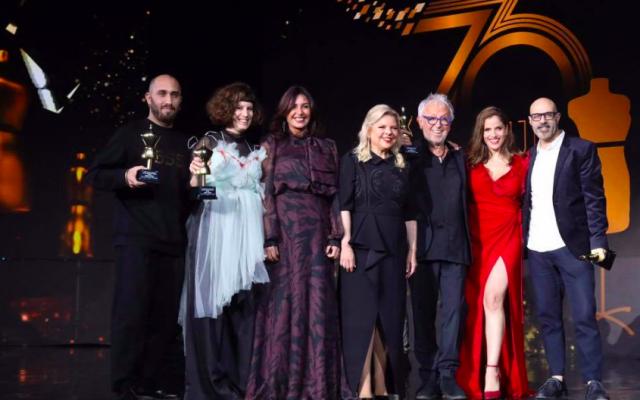 """Les créateurs décorés lors des """"70 ans de mode israélienne"""" au Tel Aviv Expo, le 5 mars 2019, Gideon Oberson (3e depuis la droite) et Ronen Chen (tout à droite), en compagnie de la ministre de la Culture et du Sport Miri Regev (3e depuis la gauche) et Sara Netanyahu (Crédit : autorisation de Sivan Farag)"""