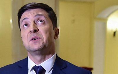 L'acteur comique ukrainien, showman et candidat à la présidence Volodymyr Zelensky s'exprime lors d'un entretien avec l'AFP après avoir participé au tournage de la série tv 'Serviteur du peuple' où il joue le rôle du président d'Ukraine, à Kiev le 6 mars 2019.  (Sergei SUPINSKY / AFP)
