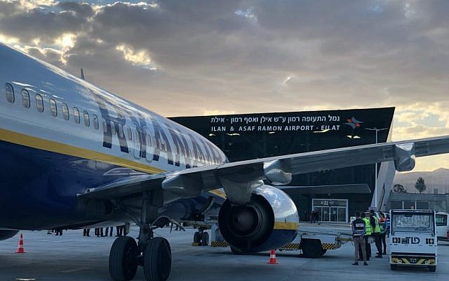 Un Boeing 737 de Ryanair à l'aéroport Ramon, près d'Eilat, le 4 mars 2019. (Crédit : Rafi Peled/ Israel Airport Authority)