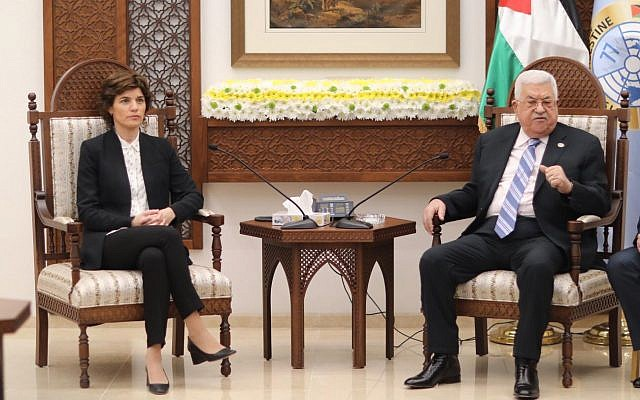 La présidente du Meretz Tamar Zandberg et le président de l'Autorité palestinienne Palestinian Authority President Mahmoud Abbas se rencontrent à Ramallah, le 10 mars 2019. (Crédit : Elad Malka)