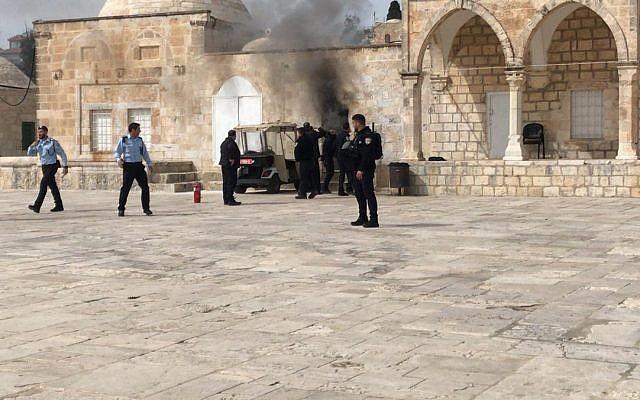 Un feu à un poste de police après le lancement d'un cocktail Molotov sur le mont du Temple, le 12 mars 2019 (Crédit : Ir Amim)