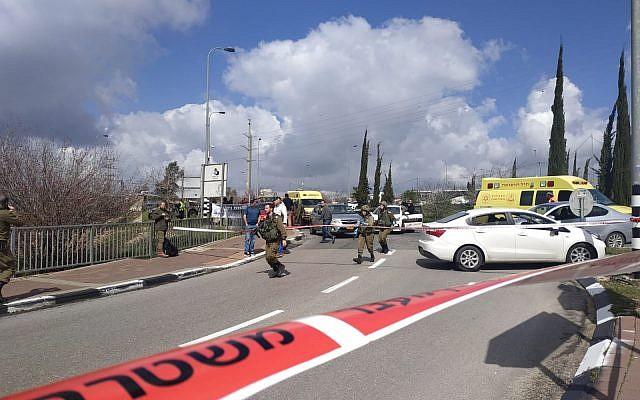Les soldats de l'armée israélienne sur les lieux d'une fusillade aux abords du carrefour d'Ariel dans le nord de la Cisjordanie, le 17 mars 2019 (Crédit : BLev Hadashot)