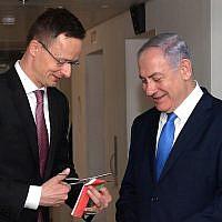 Le ministre hongrois des affaires étrangères  Péter Szijjártó et le Premier ministre  Benjamin Netanyahu lors de l'ouverture de la mission commerciale de la Hongrie dans le centre de Jérusalem, le 19 mars 2019 (Crédit :  Amos Ben Gershom/GPO)