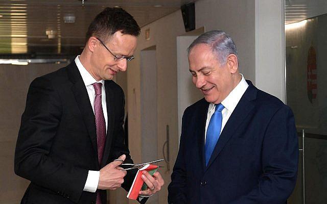 Le ministre hongrois des Affaires étrangères Péter Szijjártó et le Premier ministre Benjamin Netanyahu lors de l'ouverture de la mission commerciale de la Hongrie dans le centre de Jérusalem, le 19 mars 2019. (Crédit : Amos Ben Gershom/GPO)