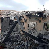 Une habitation de la ville de Mishmeret, dans le centre d'Israël, qui a été détruite dans une attaque à la roquette depuis la bande de Gaza, le 25 mars 2019 (Crédit : Service des incendies et des secours)