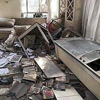 Une habitation de la ville de Mishmeret, une ville du centre d'Israël, détruite dans une attaque à la roquette de la bande de Gaza, le 25 mars 2019 (Crédit : Service des Incendies et des secours)