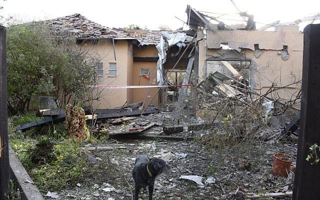 Une habitation de la ville de Mishmeret, dans le centre d'Israël, qui a été détruite dans une attaque à la roquette depuis la bande de Gaza, le 25 mars 2019 (Crédit : police israélienne)