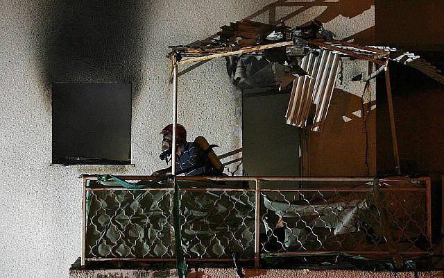 Une maison de la ville de Sderot, dans le sud du pays, touchée par un obus issu d'une roquette lancée par les groupes terroristes de la bande de Gaza, le 25 mars 2019 (Crédit : Meital Adri/Sderot Online)