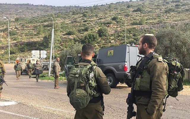 Des soldats israéliens arrivent sur les lieux d'une attaque à la voiture-bélier, qui a fait deux blessés du côté des soldats, dans le centre de la Cisjordanie, le 4 mars 2019. (Crédit : Armée israélienne)