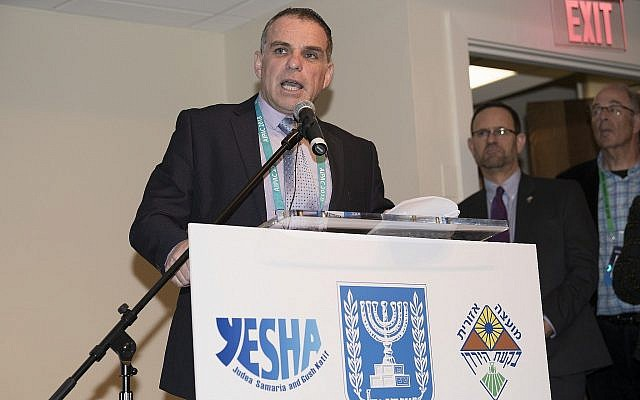 Le délégué aux Affaires étrangères du conseil de Yesha Oded Revivi s'exprime lors d'un événement de l'organisation à Washington, le 5 mars 2018 (Autorisation : Conseil de Yesha)