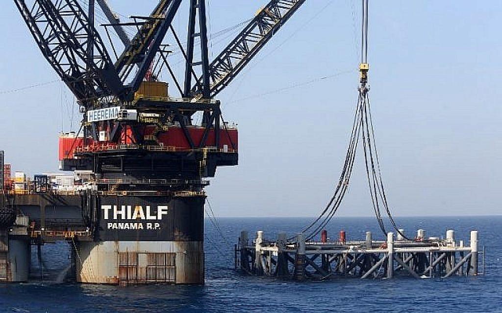 Cette photo prise le 31 janvier 2019 montre une image du navire avec grue SSCV Thialf qui pose la fondation de la plateforme qui vient d'arriver pour le gisement de gaz naturel du Leviathan en mer Méditerranée à environ 130 kilomètres à l'ouest de  la côte de la ville israélienne de Haïfa. (Marc Israel Sellem/Pool/AFP)