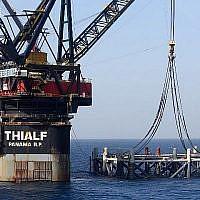 Cette photo prise le 31 janvier 2019 montre une image du navire avec grue SSCV Thialf qui pose la fondation de la plateforme qui vient d'arriver pour le gisement de gaz naturel du Leviathan en mer Méditerranée à environ 130 kilomètres à l'ouest de  la côte de la ville israélienne d'Haïfa. (Marc Israel Sellem/Pool/AFP)