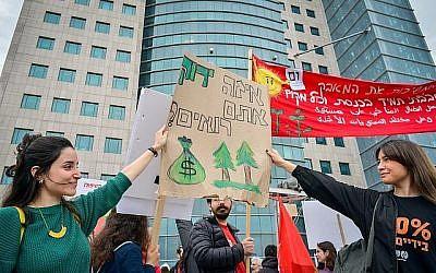 Des Israéliens participent à une marche de protestation pour demander une action immédiate sur le changement climatique à Tel Aviv le 29 mars 2019. (Crédit : Adam Shuldman/Flash90)