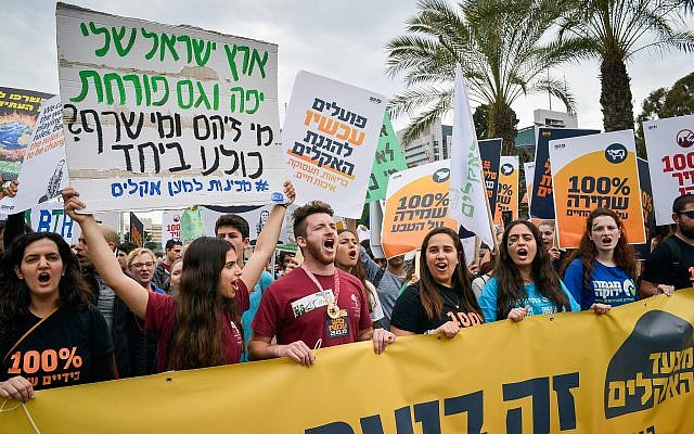 Des Israéliens participent à une marche de protestation pour demander une action immédiate sur le changement climatique à Tel Aviv le 29 mars 2019. (Adam Shuldman/Flash90)