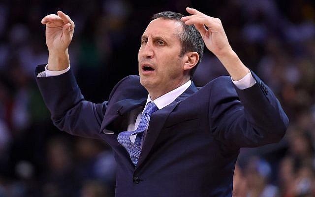 David Blatt, ancien entraîneur des  Cleveland Cavaliers, réagissant à une décision lors d'un match contre reacting to l'équipe des Golden State Warriors à Oakland, le 25 décembre 2015. (Thearon W. Henderson/Getty Images)