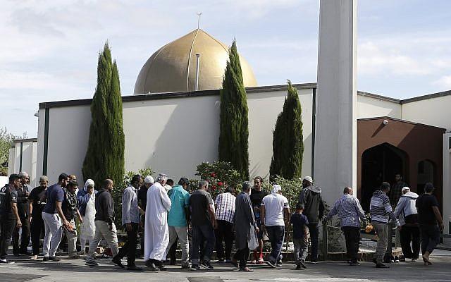 Des fidèles se préparent à entrer dans la mosquée Al Noor une semaine après la fusillade de de Christchurch en Nouvelle Zélande, le 23 mars 2019. (AP Photo/Mark Baker)