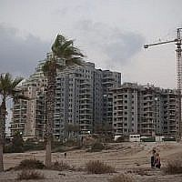 Des appartements en construction dans la ville israélienne d'Ashkelon. (Photo par Lior Mizrahi/Flash90)