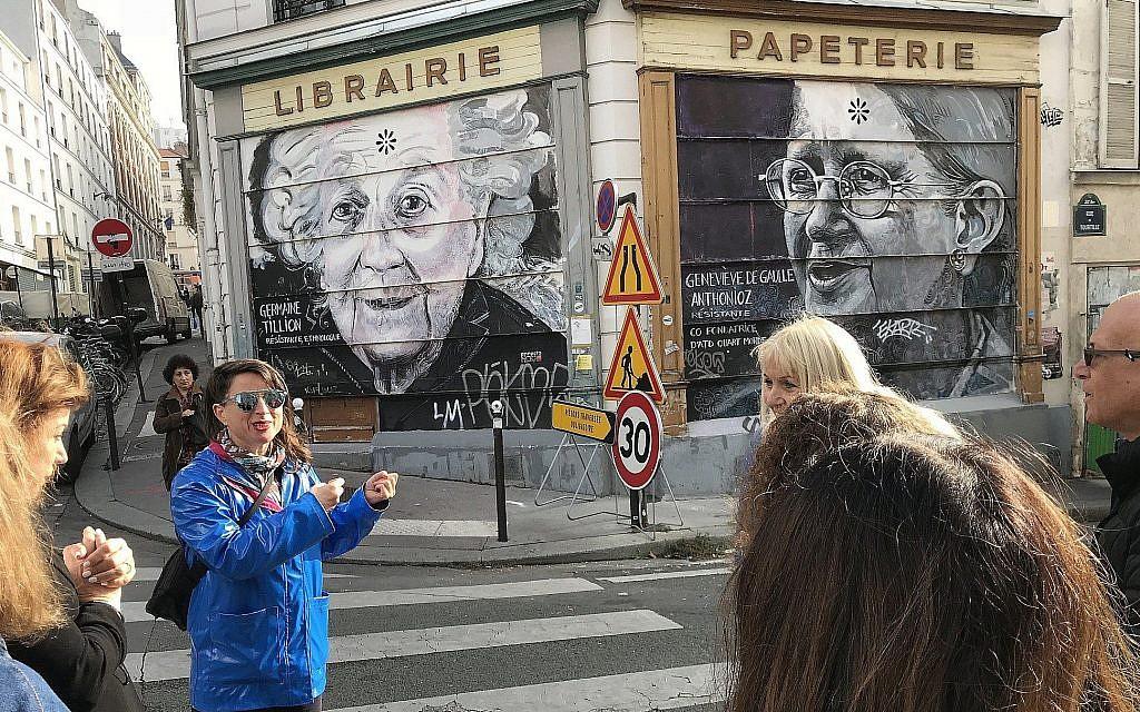 Shiry Avny explique lors d'un tour guidé comment les artistes de rue appliquent leur travail sur différentes surfaces. (Robert Sarner/ Times of Israel)
