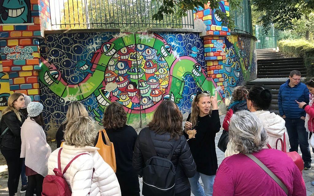 La guide alternative Rotem Gerstel montrant un parc avec de l'art de rue lors d'un de ses tours. (Robert Sarner/ Times of Israel)