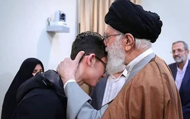 L'Ayatolla Ali Khamenei, guide suprême de l'Iran, rencontre le joueur d'échec Aryan Gholami, le 24 février 2019 (média iranien)