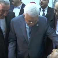 Le président de l'Autorité palestinienne  Mahmoud Abbas lors d'une visite auprès d'un responsable du Fatah blessé, Atef Abu Seif, à Ramallah, le 19 mars 2019 (Capture d'écran :  YouTube)